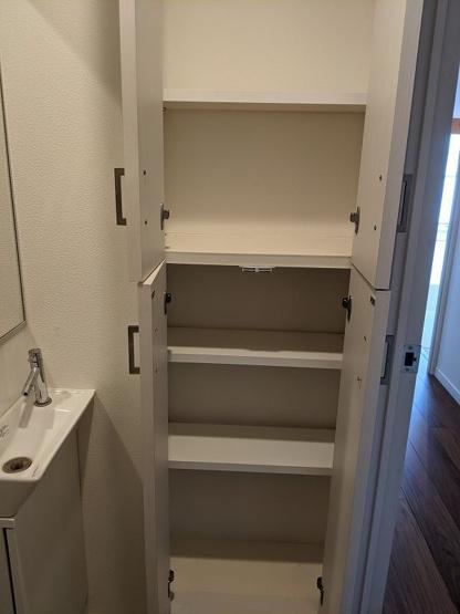トイレにもたっぷりの収納スペースが備え付けられています。備品のストックなどもすっきりと片付けられますね