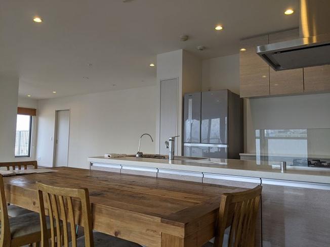 開放感あるオープンなカウンターキッチンを置いたLDK。 ホワイトの壁とナチュラルなフローリングで、あたたかみのある空間です