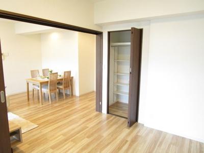 LDKと洋室を開放すれば、そこは16帖の空間に♪クローゼットも完備しているので、整理整頓がはかどります♪