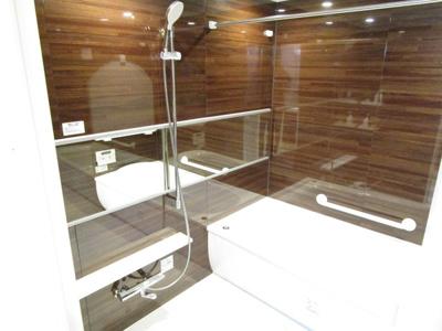 窓付きバスルーム!浴室乾燥機付きで快適です。雨や夜でも洗濯物を乾かせます。バスルームを湿気から守りカビ防止となります。