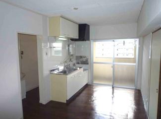 ダイニングキッチンは7.5帖です♪バルコニーに面した明るい室内です!※画像は入居前のものです。