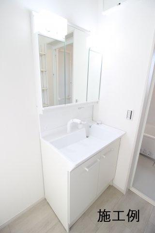 三面鏡付きシステム洗面化粧台です。 ※写真は施工例です。