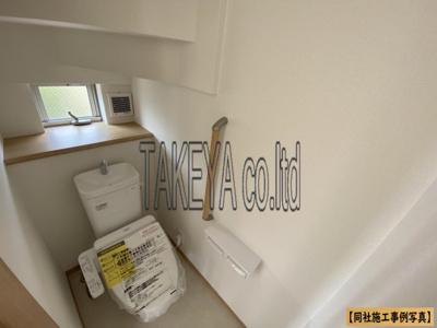 【同社施工事例写真です】1、2階共に高機能トイレ採用しています。便利な壁面収納も設け、窓も完備なトイレ空間はいつも快適です
