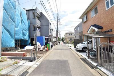 前面道路は4m。車通りも少なく運転が苦手な方でも安心して駐車できます。