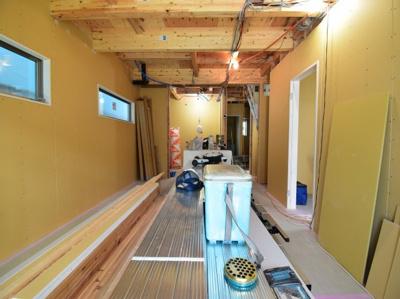 7.23撮影 広々約18帖のリビングは家具配置もしやすい設計。空間の広がりを計算した開放的なスペース