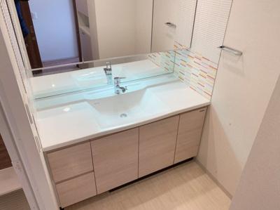 独立洗面化粧台付きです。大きな鏡と両サイドに広いスペースのある使いやすい作りになっています。