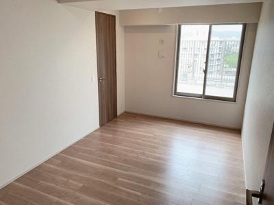 使い勝手のいい洋室です。大きな窓からの採光で明るいお部屋です。