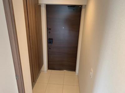 大きなシューズボックス付きのすっきりとした玄関です。