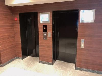 建物の雰囲気にあったおしゃれなエレベーターです。混み合う時間帯の待ち時間軽減にもなるエレベーターが2基あるマンションです。