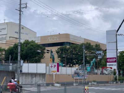 近くに大型のショッピングセンターがあります。