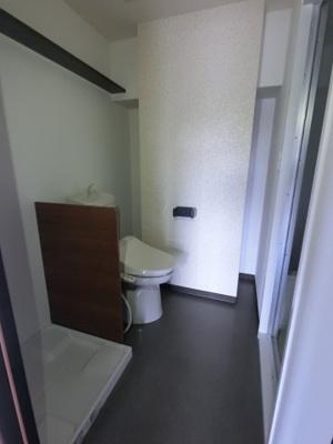 洗濯機置場の防水パン・温水洗浄便座トイレです。