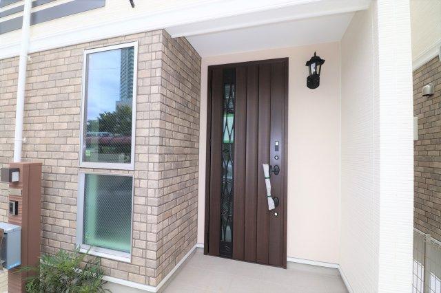 明るく重厚感がある玄関です。 家の顔です! 帰宅の際、いつも見る部分なので良い玄関は嬉しいですね。