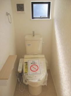ウォシュレット、暖房便座機能付のトイレです。従来型に比べ節水効果があり、お手入れも簡単です♪