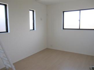 ロフト付き。2面採光でお部屋の隅々まで明るい印象の居室です♪