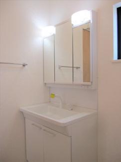 鏡の裏に収納棚を確保した三面鏡を採用。化粧品や歯ブラシなどを機能的に収納できます♪