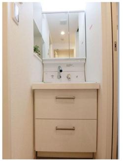 コンパクトで機能的な独立洗面台。 2面鏡になっており、収納できるタイプですので衛生的にも実用的にも人気のモデルを設置しております。 お問い合わせは今スグ 03-3450-2381