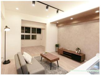 デザイン性のあるLDKで1~2人住まいであれば十分な空間になってます。 数少ない家具付き、エアコン付き物件になります。 実際に現地でご確認ください。 内見予約は今スグ 03-3450-2381