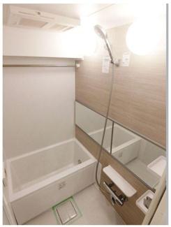 温かみのある色合いで日々の疲れを癒す人気デザインの浴室です。 浴室乾燥機能付きですので、雨でもお洗濯に困りません。 お問い合わせは今スグ 03-3450-2381