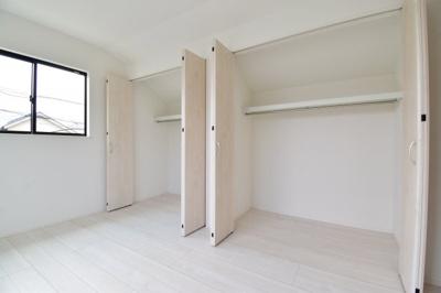 各居室には大容量の収納を完備しております。お部屋のスペースを最大限活用できてスッキリまとまります。