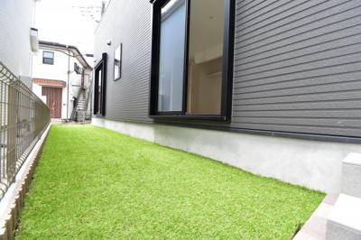 人工芝敷きの専用庭でガーデニングやお子様のビニールプール等お楽しみください。リビングから出入り可能。