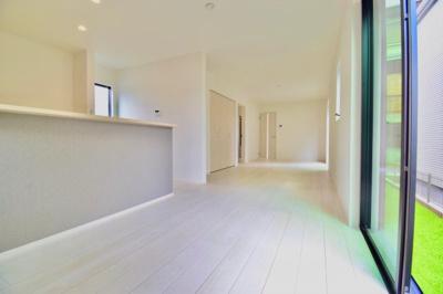 贅沢な約19.2帖の空間はご家族皆様の笑顔があふれる場所に。採光や風通しを計算された心地良い空間に。