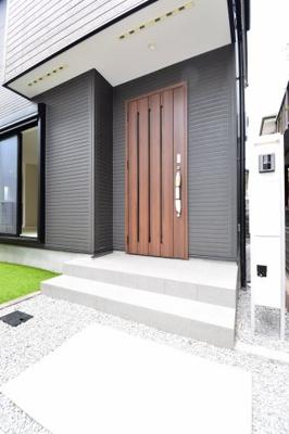木目調の玄関はお家をの雰囲気を表す顔。遮音性・断熱性・防犯面も安心のアクセントカラーの玄関。