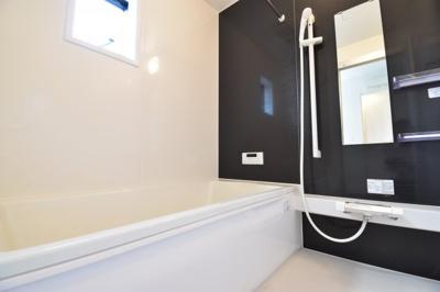 1坪タイプのバスルームはご家族皆様の疲れを癒すリラクゼーション空間。窓付きで換気もバッチリです。