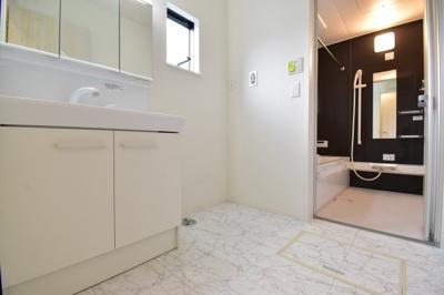 朝の忙しい時間帯に大人2人が入っても余裕あるスペースを確保。ドラム式洗濯機も置けます。