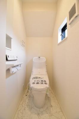 毎日使う場所だからこそシンプルに。ウォシュレット付きの高機能トイレは1階と2階に設置しました。