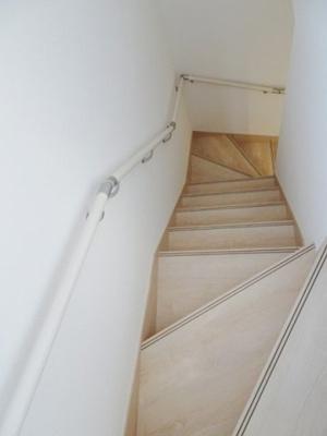 手すり付の階段はお年寄りや子供でも安心