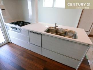 食洗機も付いた3口コンロのシステムキッチン。 お料理もお手入れもしやすい設計です。