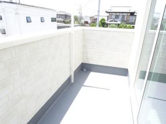 ワイドバルコニーには、洋室からの出入り口があるのでアプローチの幅が広がります。