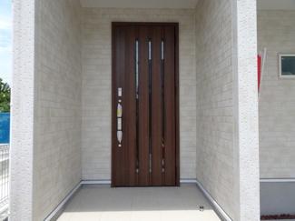 玄関ドアも美しい、グレード感のあるスペースとなっています♪外観の統一感だけではなく、高級感も漂います。