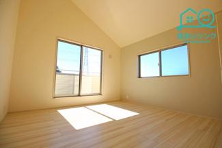 8帖の主寝室です。 勾配天井で天井高がありとても広々としています。