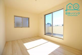 2階6.0帖の洋室です。 バルコニーに出られる大きな窓があります。
