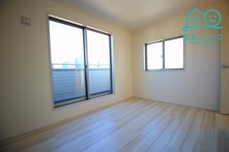 北西側6.0帖の洋室です。 北側のお部屋ですが、2面採光なので明るいです。