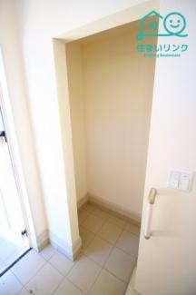 玄関には土間収納スペースがあります。 ベビーカーなどの収納に便利です。