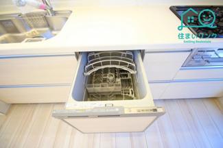 キッチンには食器洗浄乾燥機が付いています。 忙しいパパママの家事をサポートしてくれます。