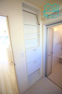 洗面所には壁面収納が付いています。 タオル等の収納に便利です。