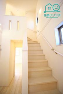 玄関前の階段は上部吹き抜けでとても開放感があります。