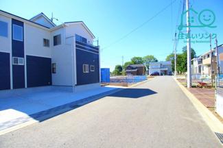 大型の開発分譲地です。これから新しい家が立ち並びます。 整備された6.0m幅のきれいな道路です。
