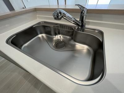 ■全面エンボス加工ステンレスシンク ■人造大理石ワークトップ ■浄水器内蔵水栓、浄水器ごとホースを引き出せます