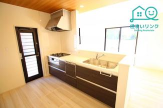 LDKが見渡せるオープンキッチンです。 リビングで遊ぶお子様を見守りながらお料理が出来ます。