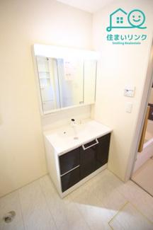 三面鏡タイプの洗面化粧台は鏡の後ろが収納です。 収納力が高いので洗面台がスッキリ使えます。