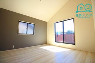 8.75帖の広々とした主寝室。 天井が高く開放感があるお部屋です。