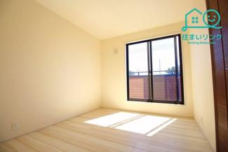 2階5.25帖の洋室。真ん中のお部屋です。 バルコニーに出られる窓からたくさん光が入ります。