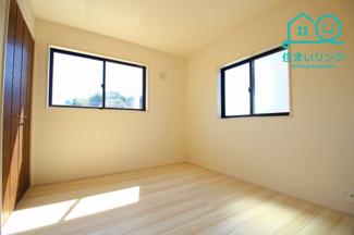 2階5.25帖の洋室です。 2面採光で明るいお部屋です。