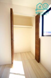 各部屋のクローゼットにはハンガーパイプがあります。 お洋服をハンガーにかけて収納出来ます。