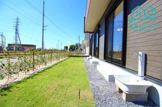 とても日当たりの良いお庭があります。 芝生が敷きこまれていて、水栓とシンクが付いています。