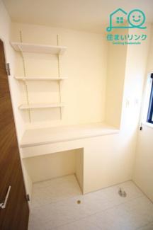 洗面所にはカウンターと可動棚タイプの壁面収納があります。